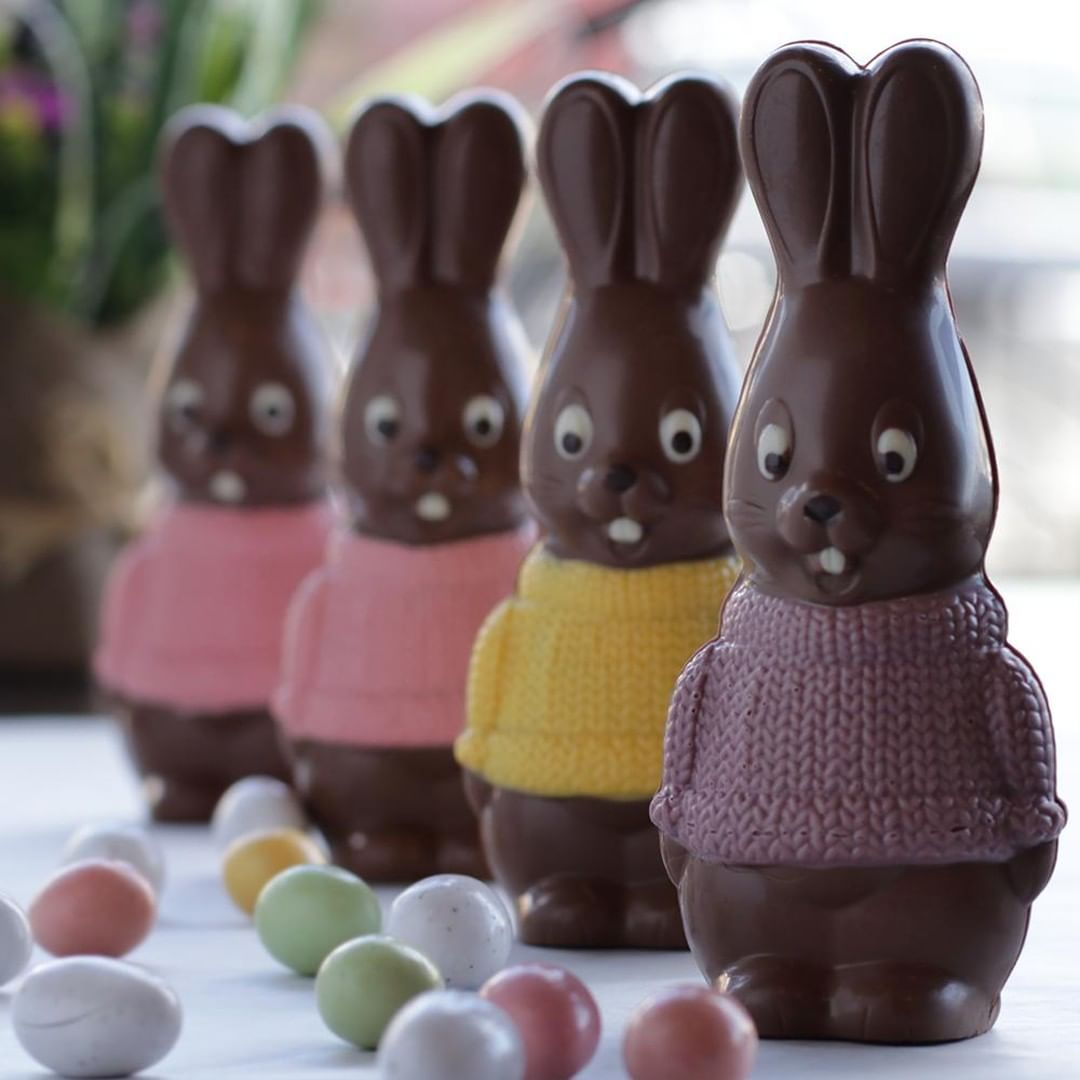 Patisserie La Cigogne 4 Chocolate Bunnies With Sweaters